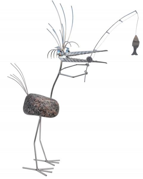 FRIEDERIKE die Anglerin. Gartenfigur aus Edelstahl mit Naturstein. Rostfreie Skulptur